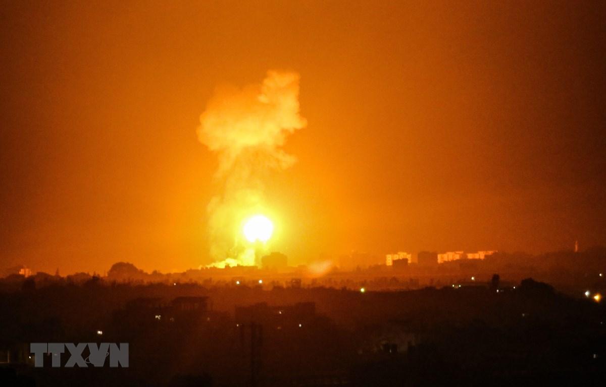 Khói lửa bốc lên sau các cuộc không kích do máy bay chiến đấu của Israel tiến hành nhằm vào các cơ sở của Hamas tại Dải Gaza ngày 16/8/2020. (Ảnh: AFP/TTXVN)