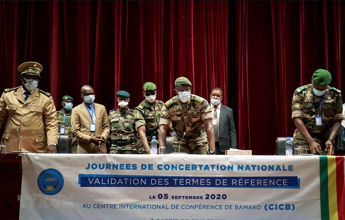 Phó Chủ tịch Ủy ban Quốc gia bảo vệ người dân (CNSP) tự xưng sau binh biến ở Mali, Tướng Malick Diaw (giữa) cùng các quan chức quân sự cấp cao tại cuộc họp về việc thành lập chính phủ chuyển tiếp của Mali ở Bamako ngày 5/9/2020. (Ảnh: AFP/TTXVN)