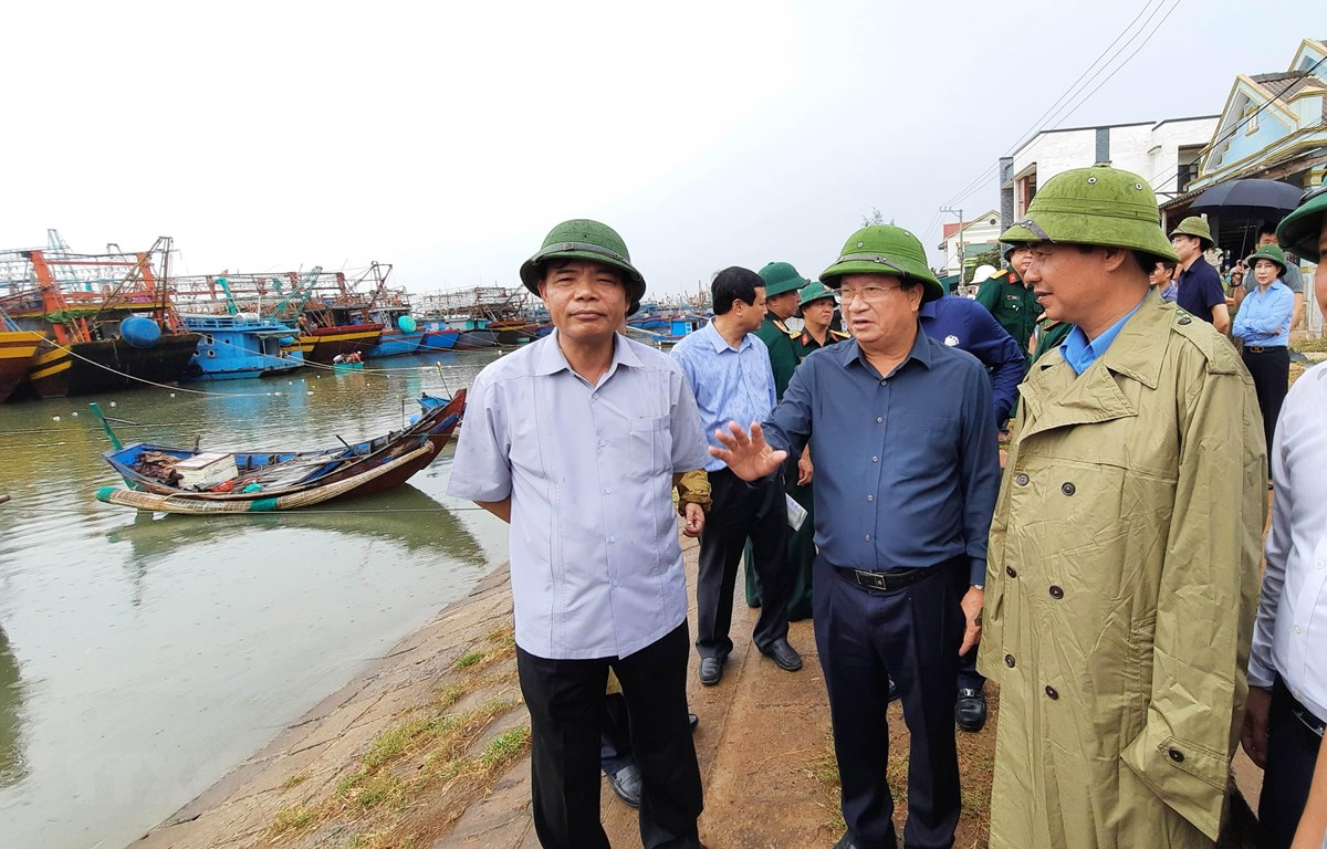 Phó Thủ tướng Trịnh Đình Dũng kiểm tra công tác ứng phó với bão số 5 tại Khu neo đậu tránh trú bão tàu thuyền Cửa Việt, Quảng Trị. (Ảnh: Hồ Cầu/TTXVN)