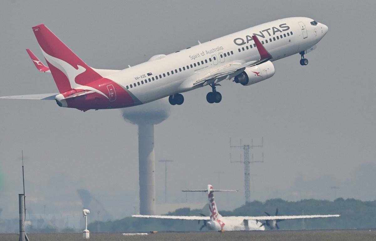 Máy bay của hãng hàng không Qantas Airways cất cánh từ sân bay Kingsford Smith ở Sydney, Australia. (Ảnh: AFP/TTXVN)