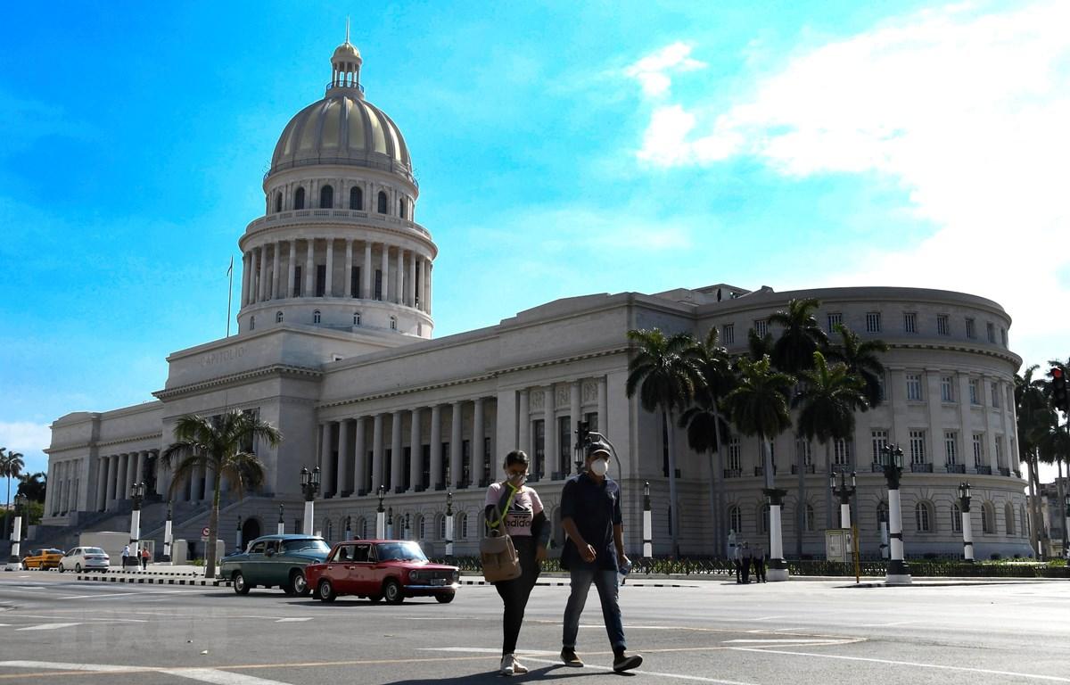 Người dân đeo khẩu trang phòng dịch COVID-19 tại La Habana, Cuba. (Ảnh: THX/TTXVN)