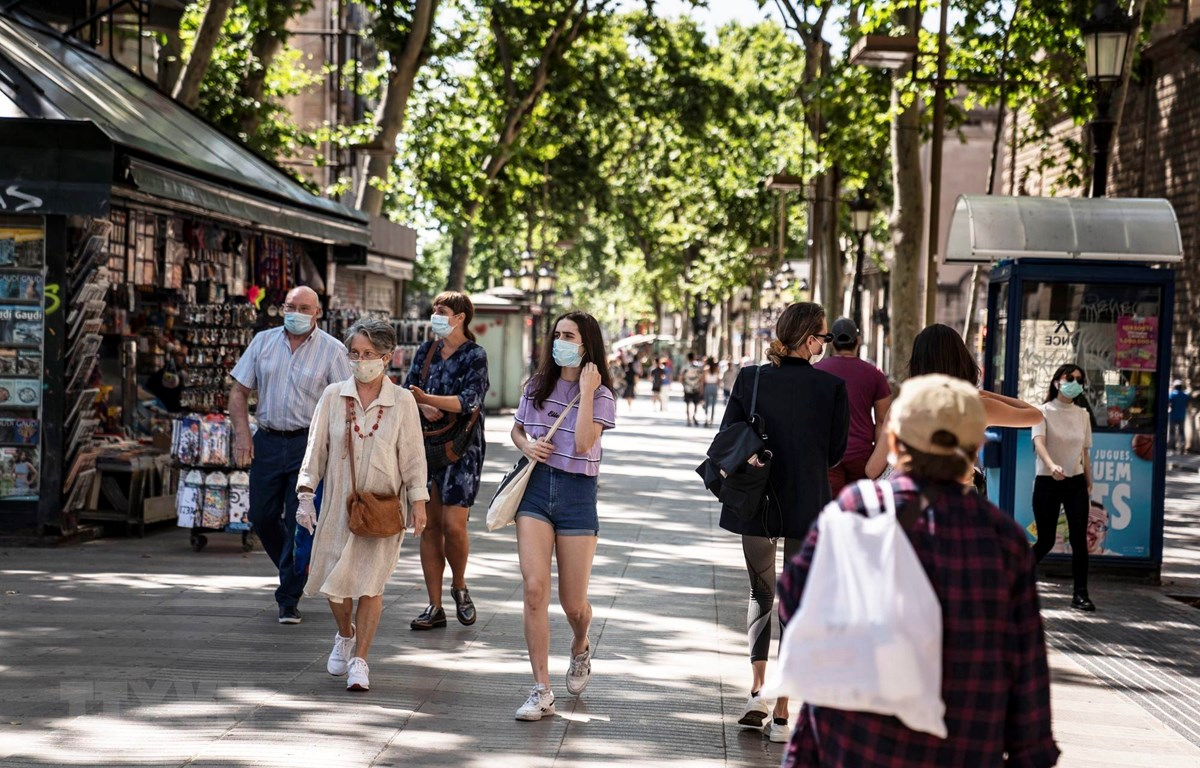 Người dân đeo khẩu trang phòng lây nhiễm COVID-19 tại Barcelona, Tây Ban Nha. (Ảnh: THX/TTXVN)