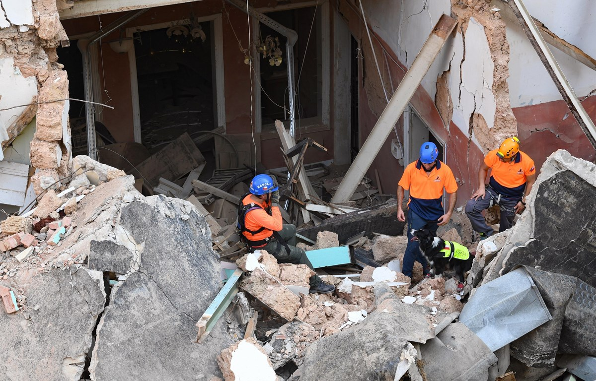 Lực lượng cứu hộ tìm kiếm nạn nhân dưới đống đổ nát sau vụ nổ tại cảng Beirut, Liban, ngày 2/9/2020. (Ảnh: AFP/TTXVN)