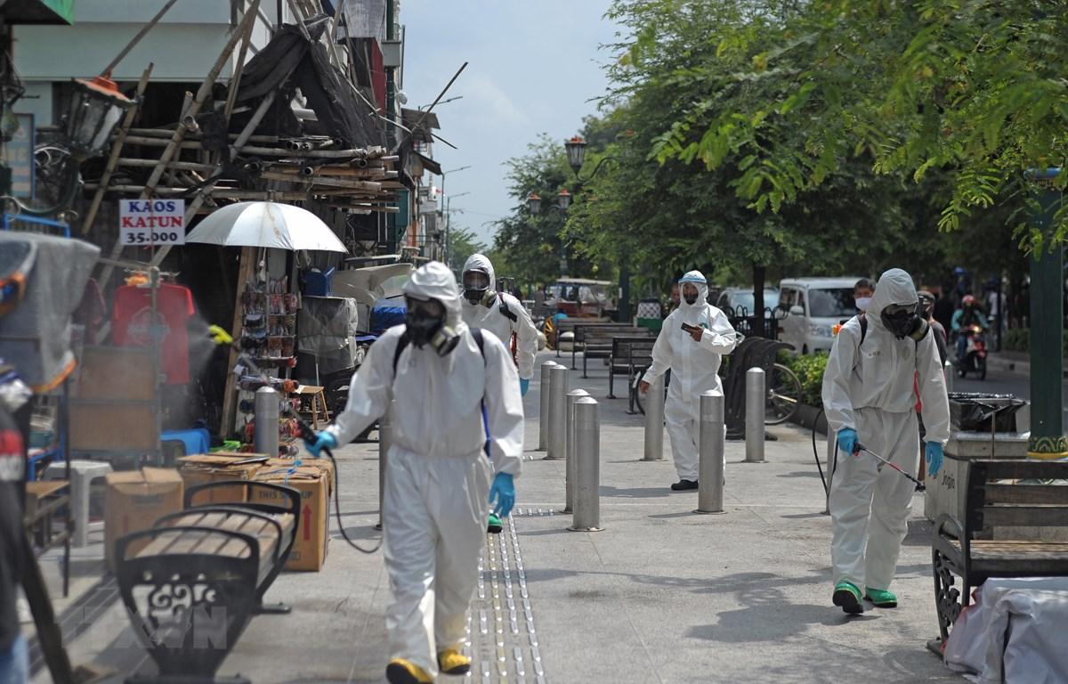 Phun thuốc khử trùng nhằm ngăn chặn sự lây lan của dịch COVID-19 tại Yogyakarta, Indonesia ngày 10/9/2020. (Ảnh: THX/TTXVN)