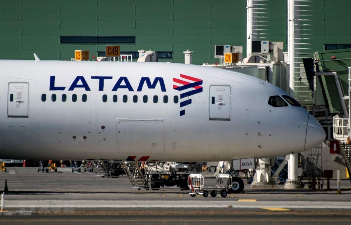 Máy bay của Hãng hàng không LATAM Airlines đỗ tại sân bay Santiago, Chile. (Ảnh: AFP/TTXVN)