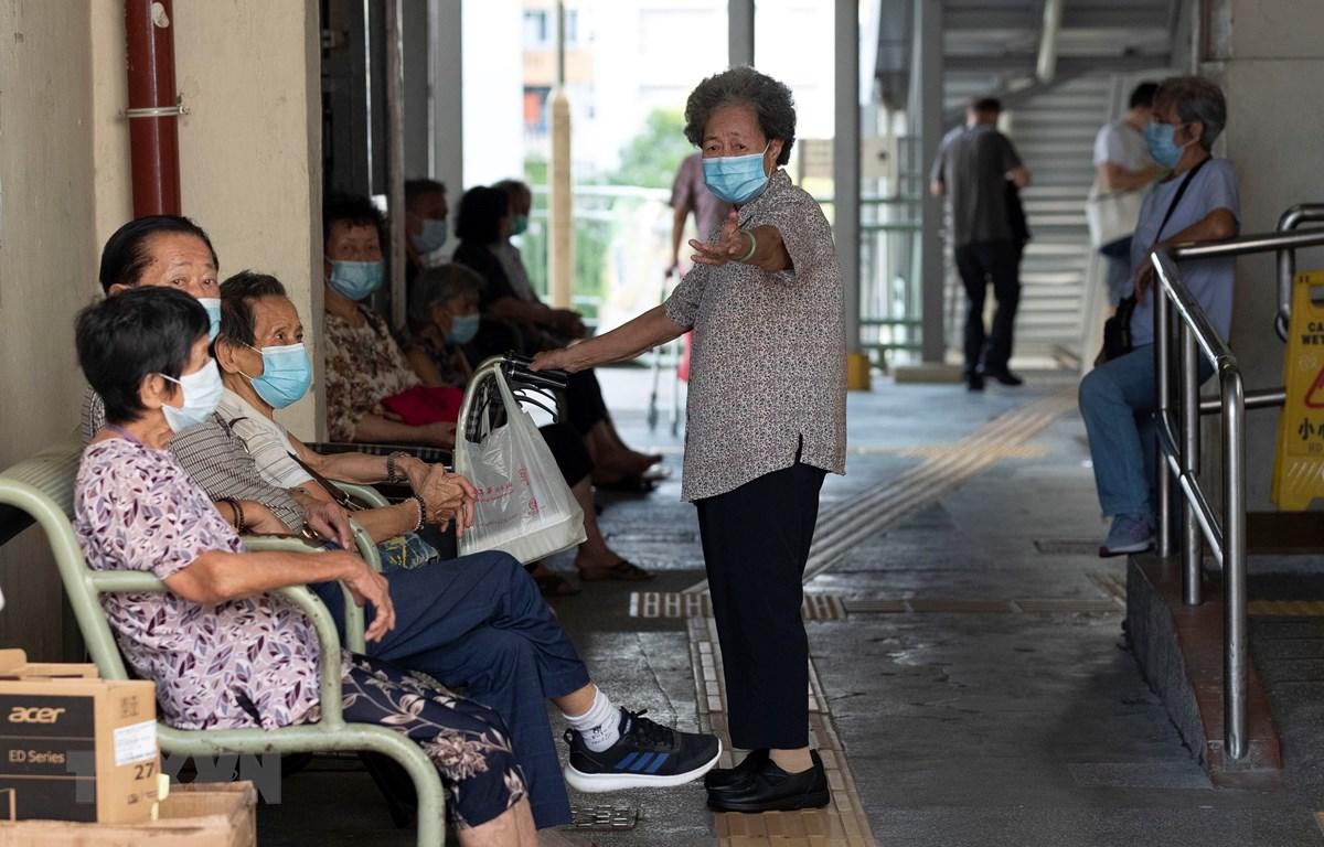 Người dân đeo khẩu trang phòng lây nhiễm COVID-19 tại Hong Kong, Trung Quốc, ngày 23/8/2020. (Ảnh: AFP/TTXVN)