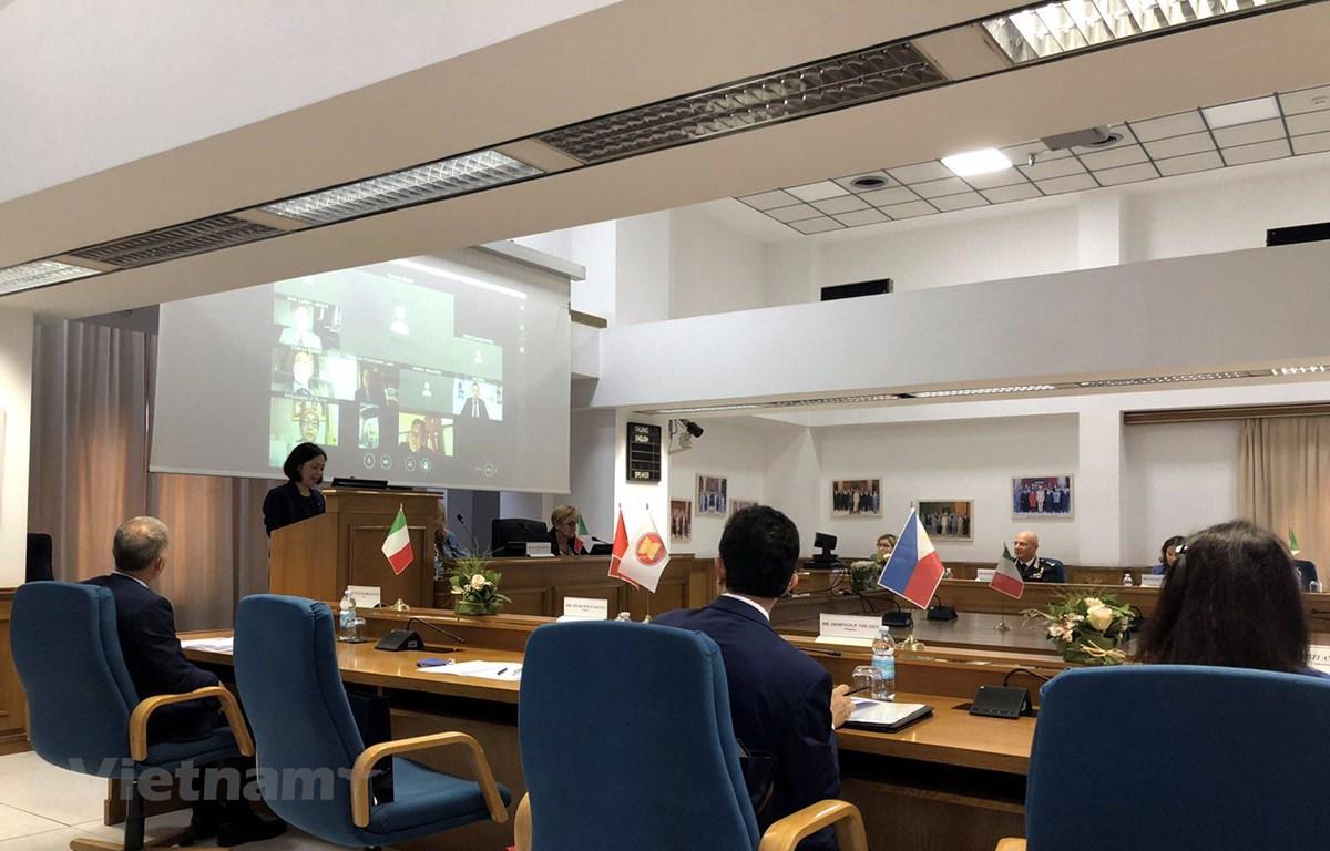 Chủ tịch Ủy ban ACR, Đại sứ Nguyễn Thị Bích Huệ phát biểu tại Học viện Đào tạo Lực lượng Chấp pháp Liên ngành Italy. (Ảnh: Ngự Bình/Vietnam+)