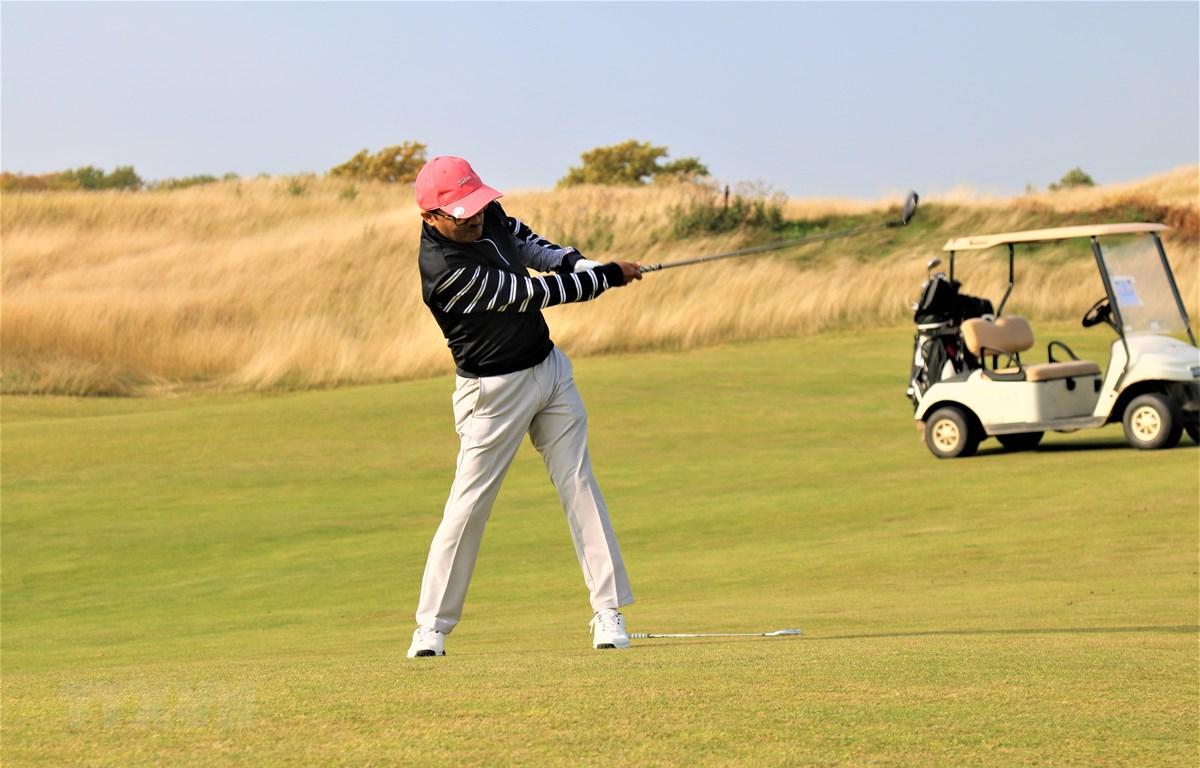 """Golf thủ thi đấu tại Giải golf """"Việt Nam và những người bạn"""". (Ảnh: TTXVN phát)"""