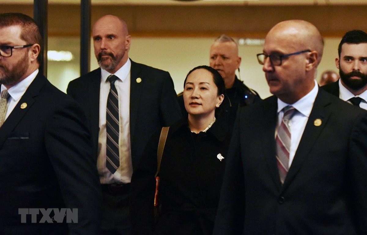 Giám đốc Tài chính (CFO) của Tập đoàn công nghệ Huawei (Trung Quốc) Mạnh Vãn Châu rời khỏi Tòa án Tối cao British Columbia ở Vancouver (Canada) sau phiên xét xử, ngày 23/1/2020. (Ảnh: AFP/TTXVN)