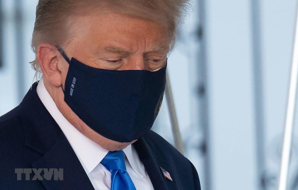 Tổng thống Mỹ Donald Trump rời Nhà Trắng để đáp chuyên cơ tới Trung tâm quân y Walter Reed ở Bethesda, bang Maryland ngày 2/10/2020. (Ảnh: AFP/TTXVN)