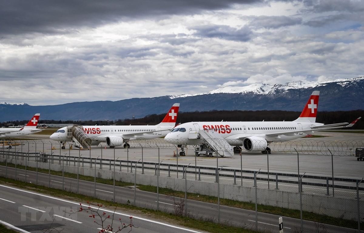 Máy bay của Hãng hàng không quốc tế Thụy Sĩ SWISS International Air Lines tại sân bay Geneva, Thụy Sĩ, ngày 12/3/2020. (Ảnh: AFP/TTXVN)