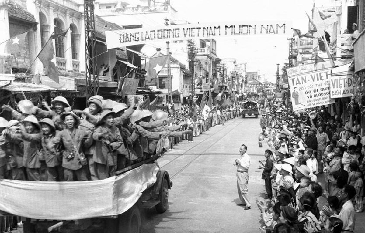 Đoàn xe chở các chiến sỹ Đại đoàn 308 Quân Tiên phong tiến qua phố Hàng Đào, sáng 10/10/1954 trong niềm hân hoan chào đón của hàng vạn người dân. (Ảnh: Tư liệu TTXVN)