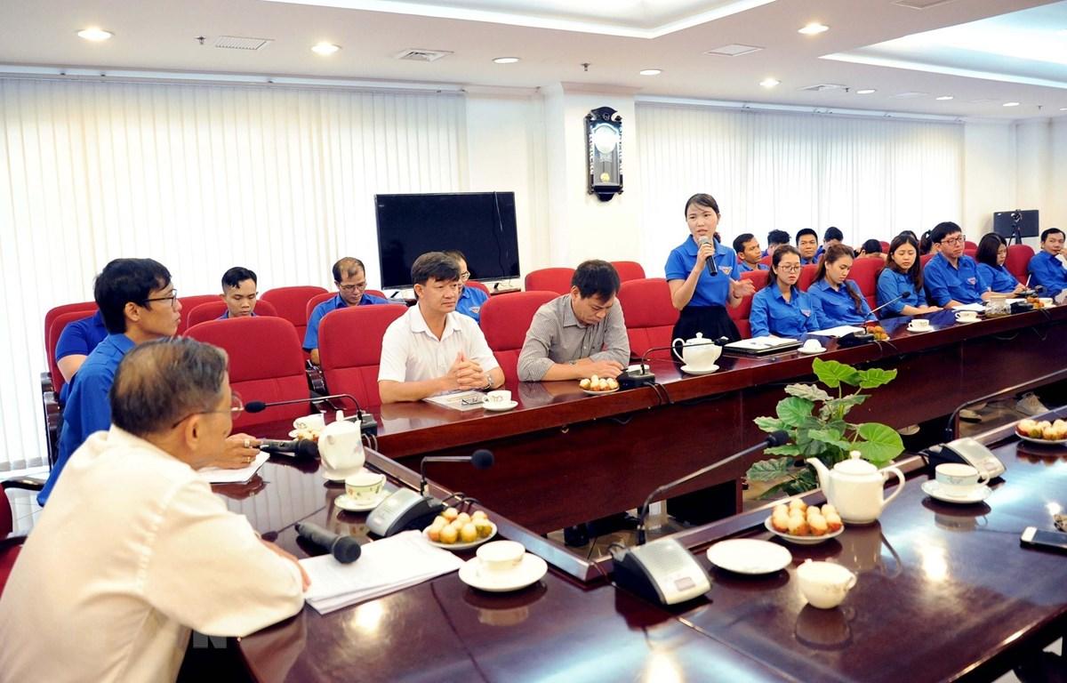 Đoàn viên Cơ quan TTXVN khu vực phía Nam giao lưu cùng Nhà báo Nguyễn Thanh Bền. (Ảnh: Tiến Lực/TTXVN)
