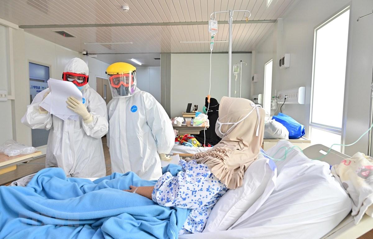 Nhân viên y tế kiểm tra tình trạng bệnh nhân COVID-19 tại một bệnh viện ở Jakarta, Indonesia ngày 25/9/2020. (Ảnh: AFP/TTXVN)