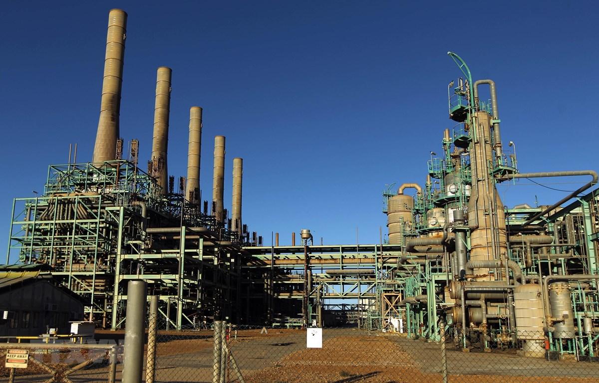 Một cơ sở khai thác dầu tại thị trấn Ras Lanuf, Libya. (Ảnh: AFP/TTXVN)