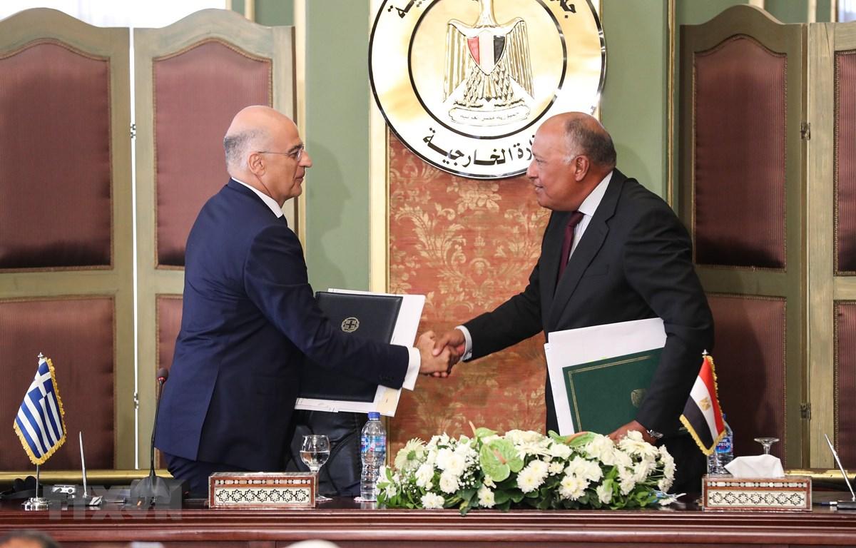 Ngoại trưởng Ai Cập Sameh Shoukry (phải) và người đồng cấp Hy Lạp Nikos Dendias tại lễ ký thỏa thuận phân định hàng hải ở Cairo ngày 6/8/2020. (Ảnh: THX/TTXVN)