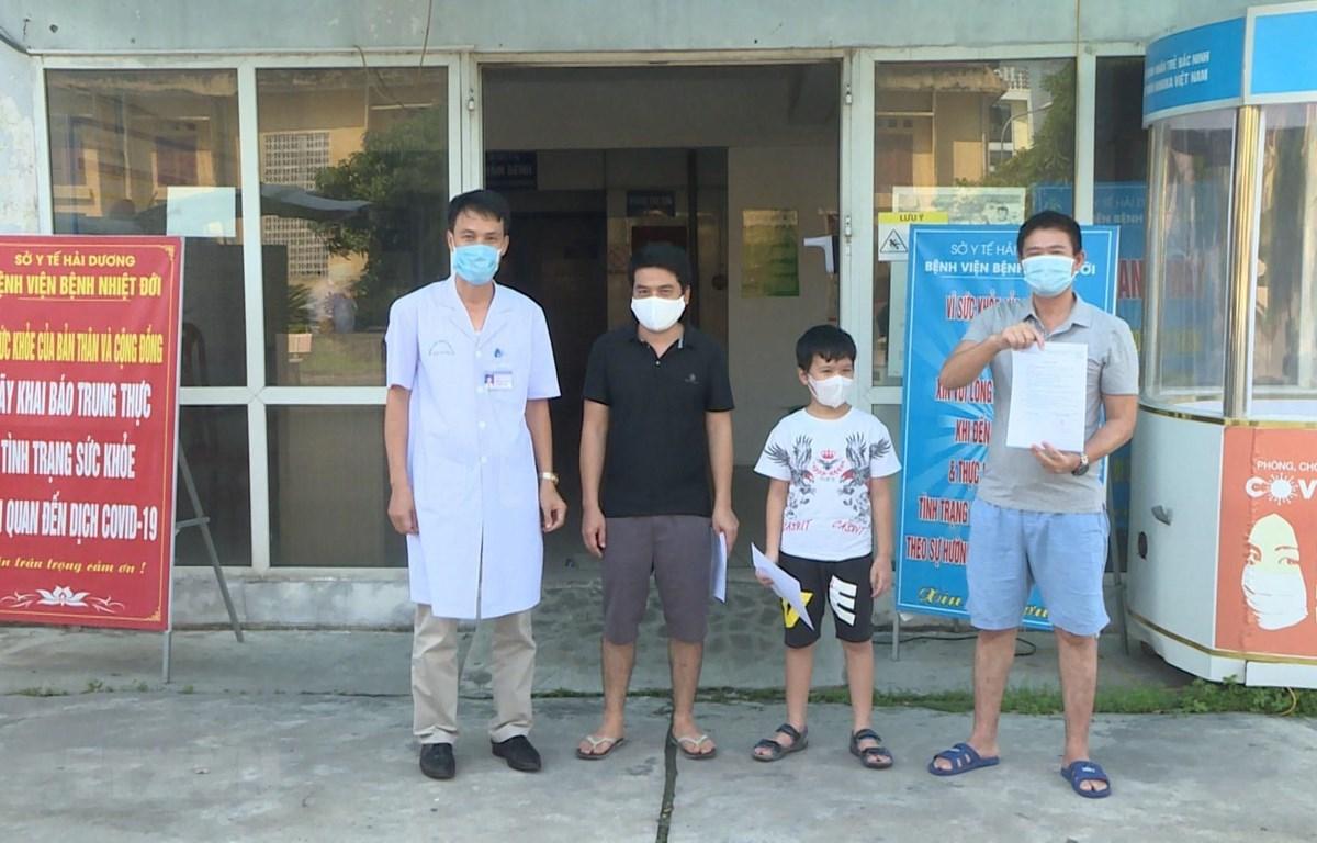 Trao giấy chứng nhận khỏi bệnh cho các bệnh nhân mắc COVID-19 tại Hải Dương ngày 30/9. (Ảnh: TTXVN phát)