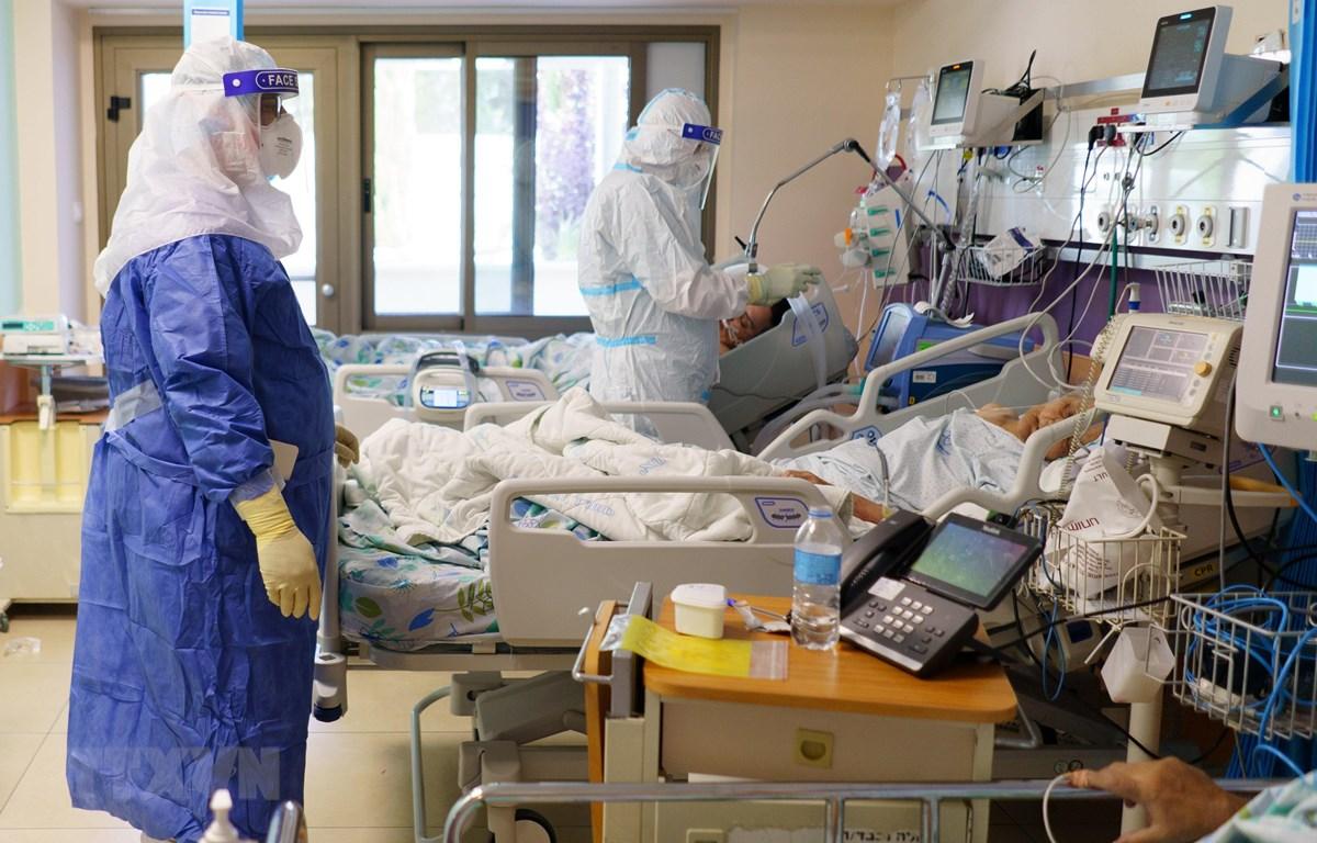 Nhân viên y tế điều trị cho bệnh nhân COVID-19 tại trung tâm y tế Galilee ở thành phố Nahariya, Israel ngày 24/9/2020. (Ảnh: THX/ TTXVN)