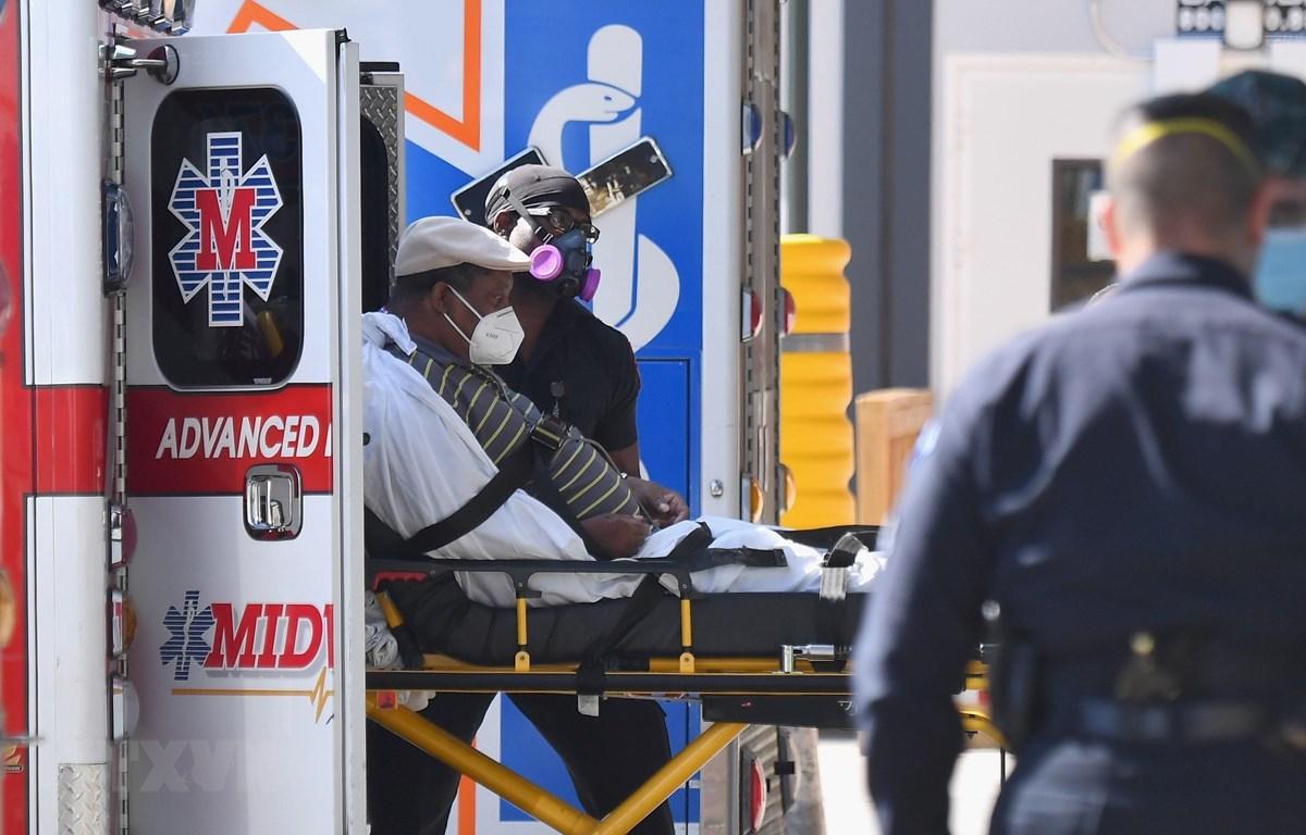 Nhân viên y tế chuyển bệnh nhân COVID-19 tới trung tâm y tế Maimonides ở New York, Mỹ. (Ảnh: AFP/TTXVN)