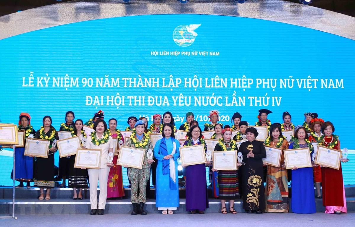 Các cá nhân có thành tích xuất sắc trong công tác thi đua nhận Bằng khen của Trung ương Hội Liên hiệp Phụ nữ Việt Nam. (Ảnh: Phương Hoa/TTXVN)