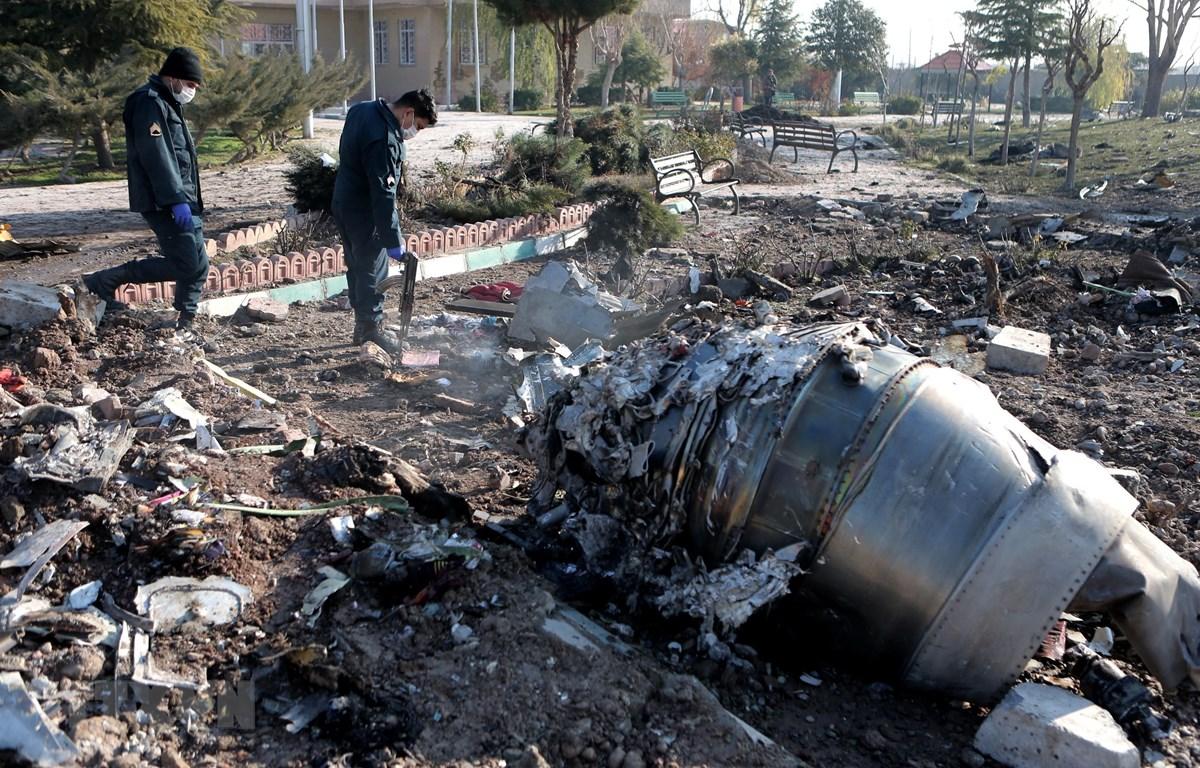 Lực lượng chức năng điều tra tại hiện trường vụ máy bay Boeing của Ukraine bị rơi ở gần sân bay Imam Khomeini, thủ đô Tehran, Iran ngày 8/1/2020. (Ảnh: AFP/TTXVN)