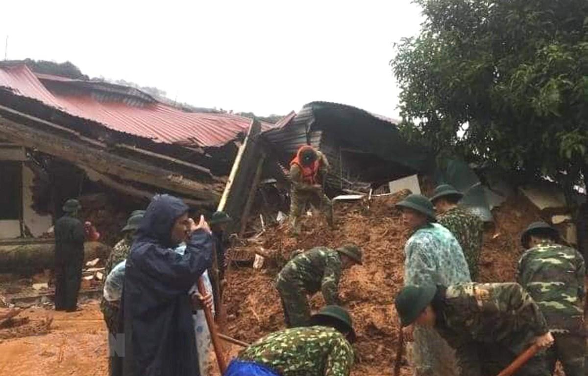 Lực lượng cứu hộ, cứu nạn nỗ lực tìm kiếm những cán bộ chiến sỹ đang bị vùi lấp tại vụ sạt lở ở huyện Hướng Hóa, Quảng Trị. (Ảnh: TTXVN phát)