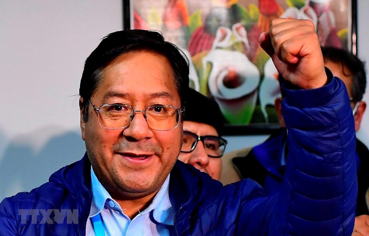 Ứng cử viên Luis Arce mừng chiến thắng tại La Paz, Bolivia, ngày 19/10/2020. (Ảnh: AFP/TTXVN)