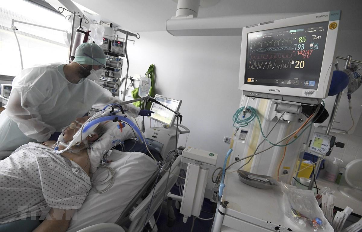 Nhân viên y tế chăm sóc bệnh nhân nhiễm COVID-19 tại Strasbourg, Pháp. (Ảnh: AFP/TTXVN)