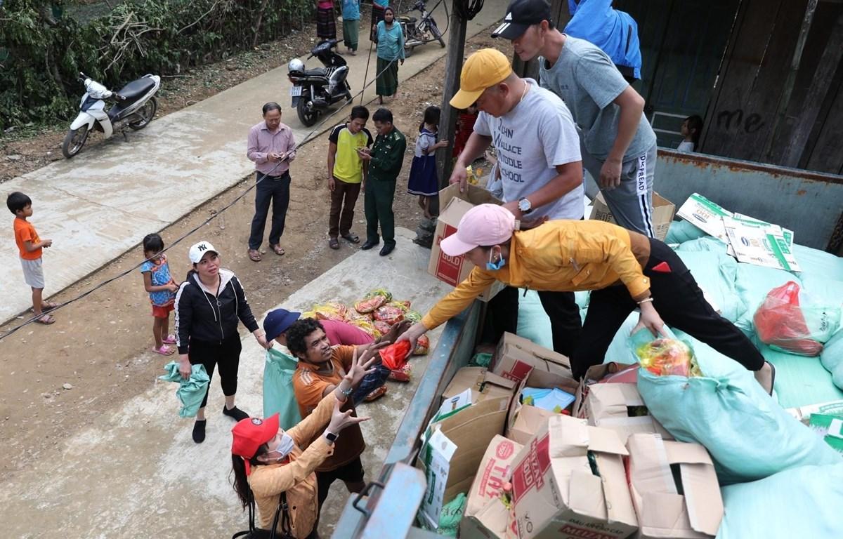 Chuyến hàng hỗ trợ đầu tiên đến xã Trường Sơn, huyện Quảng Ninh (Quảng Bình) mang đến niềm vui vô bờ bến cho người dân nơi đây. (Ảnh: Danh Lam/TTXVN)