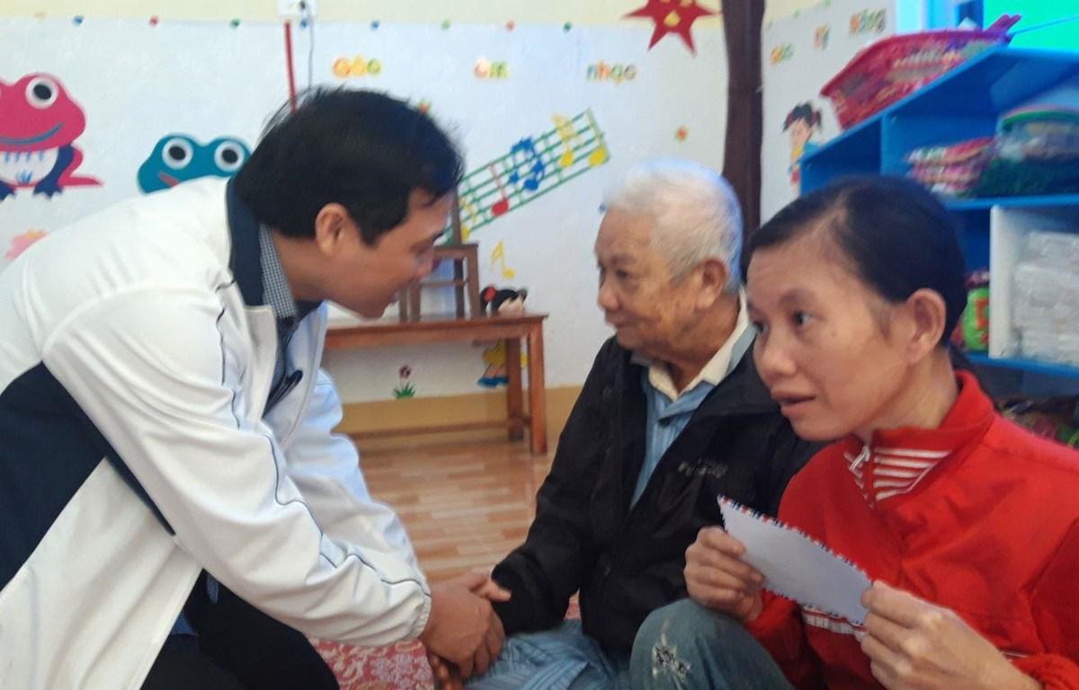 Ông Hoàng Trung Dũng - Bí thư Tỉnh ủy Hà Tĩnh trao quà và thăm hỏi động viên đồng bào vùng lũ Cẩm Duệ, hiện đang lưu trú tại trường Mầm non Lê Duẩn