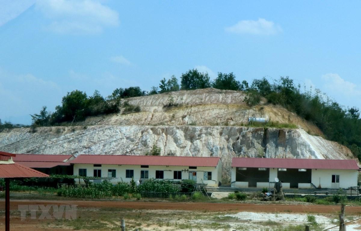 Một góc nhà xưởng khai thác, chế biến đất sét, cao lanh của Công ty TNHH Cường Thắng. (Ảnh: Hưng Thịnh/TTXVN)