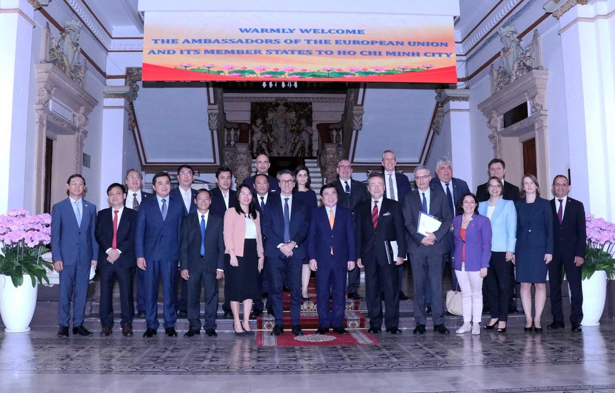Ông Nguyễn Thành Phong, Chủ tịch Ủy ban nhân dân Thành phố Hồ Chí Minh tiếp đoàn Đại sứ các quốc gia thành viên Liên minh châu Âu tại Việt Nam. (Ảnh: Xuân Khu/TTXVN)