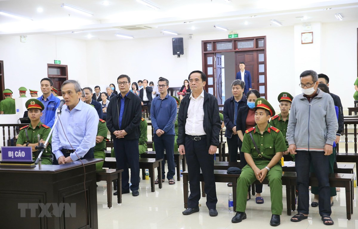 Bị cáo Trần Lục Lang (53 tuổi, cựu Phó tổng Giám đốc BIDV phụ trách Quản lý rủi ro) nói lời sau cùng trước khi tòa tuyên án. (Ảnh: Doãn Tấn/TTXVN)