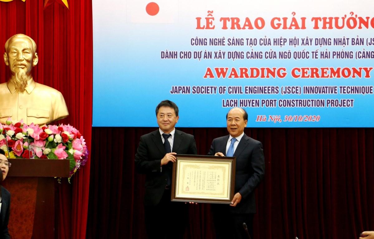 Hiệp hội xây dựng Nhật Bản (JSCE) trao Giải thưởng Công nghệ sáng tạo cho Dự án xây dựng Cảng Lạch Huyện. (Ảnh: VGP)