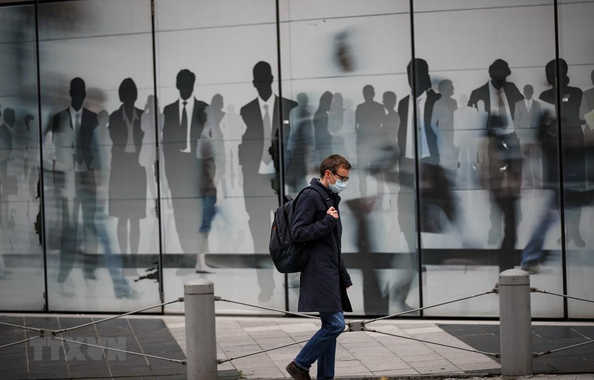 Người dân đeo khẩu trang phòng lây nhiễm COVID-19 tại Brussels, Bỉ. (Ảnh: THX/TTXVN)