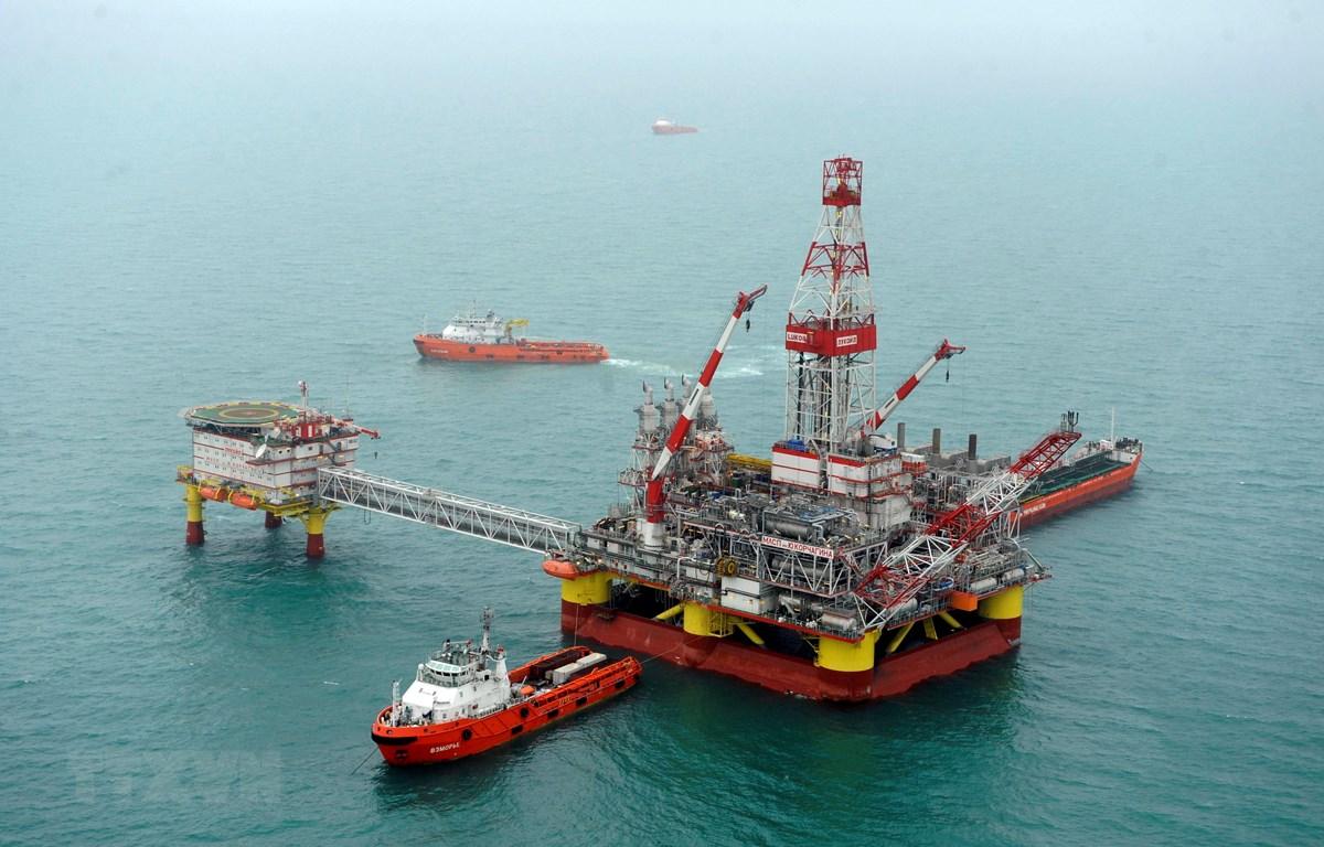 Một cơ sở khai thác dầu trên biển Caspi. (Ảnh: AFP/TTXVN)