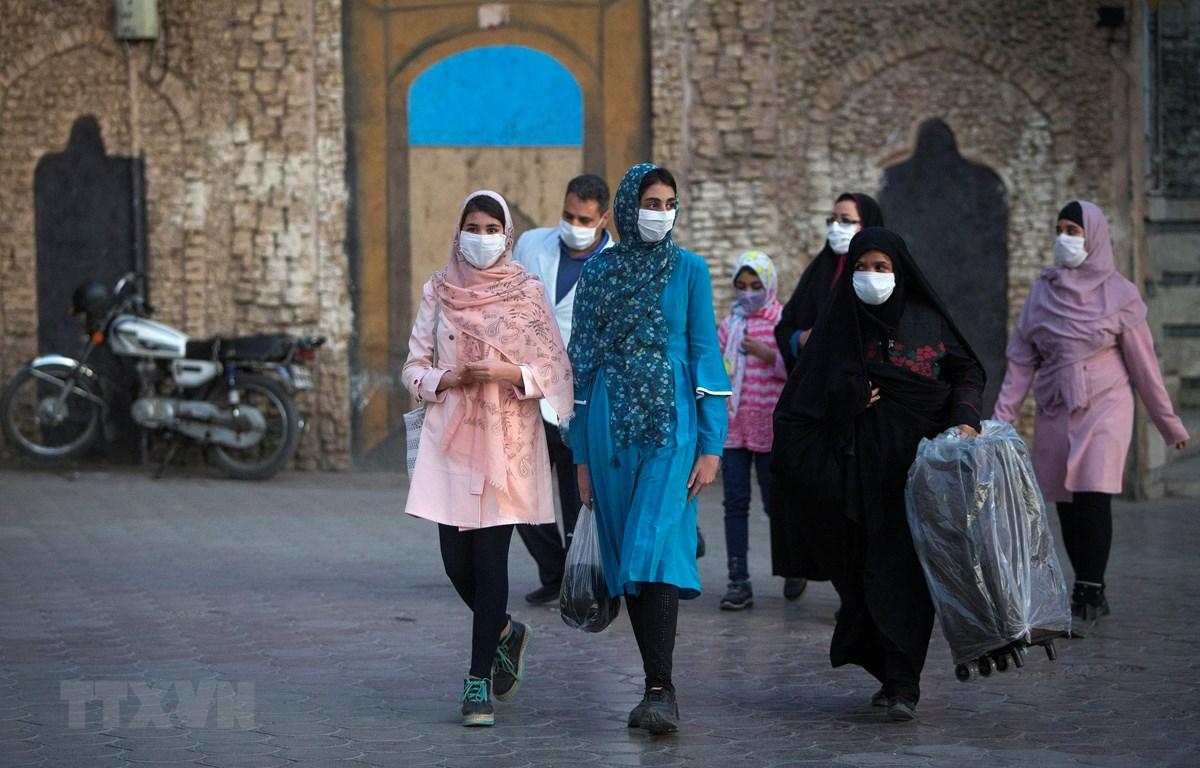 Người dân đeo khẩu trang phòng lây nhiễm COVID-19 tại Mashhad, Iran, ngày 29/10/2020. (Ảnh: THX/TTXVN)