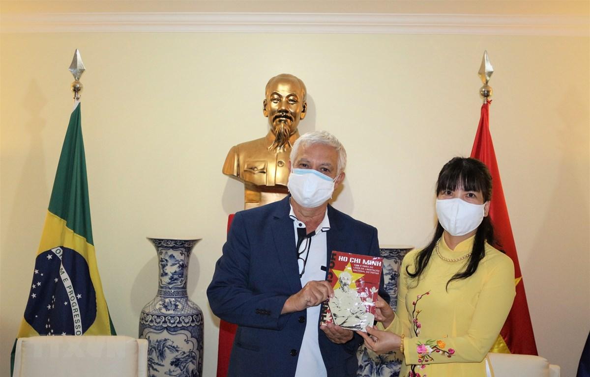 Đại sứ Phạm Thị Kim Hoa tặng quà ông Romênio Pereira - Thư ký ban Quan hệ quốc tế Đảng Công nhân Braxin. (Ảnh: TTXVN/phát)