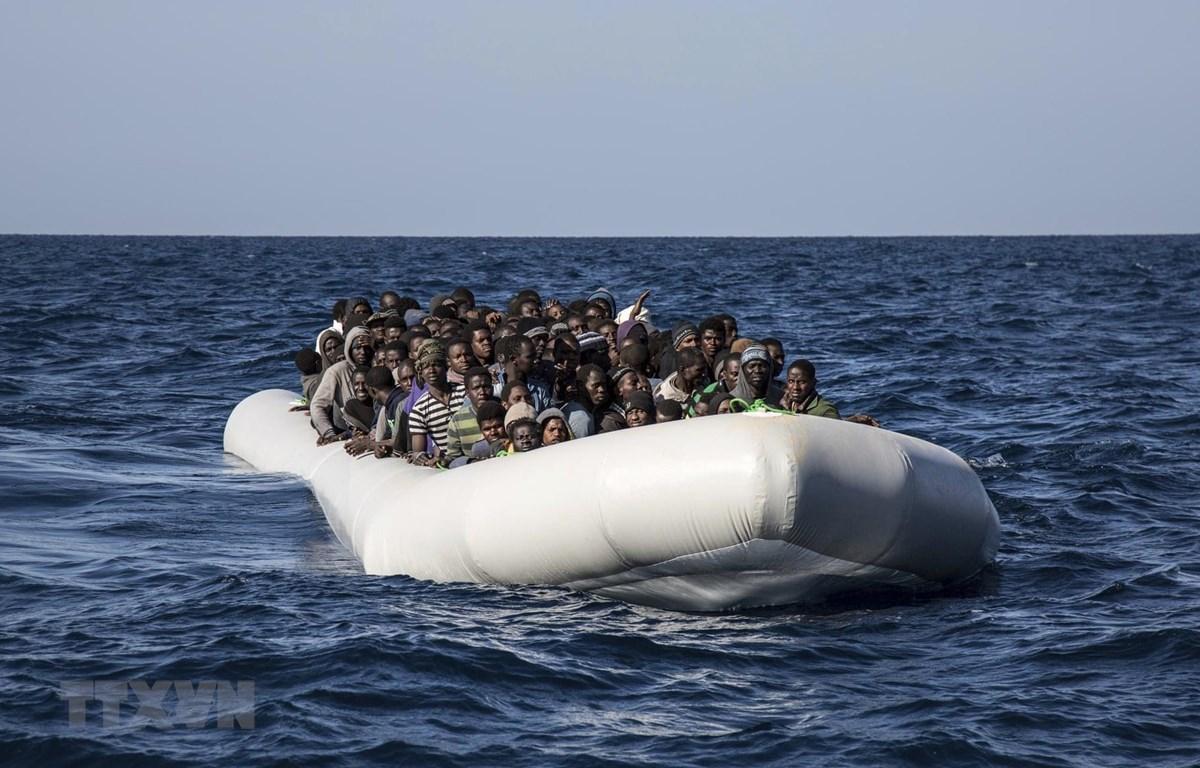 Người di cư đến từ Gambia, Nigeria và Senegal chờ tàu cứu hộ trên Địa Trung Hải tháng 1/2017. (Ảnh: AP/TTXVN)