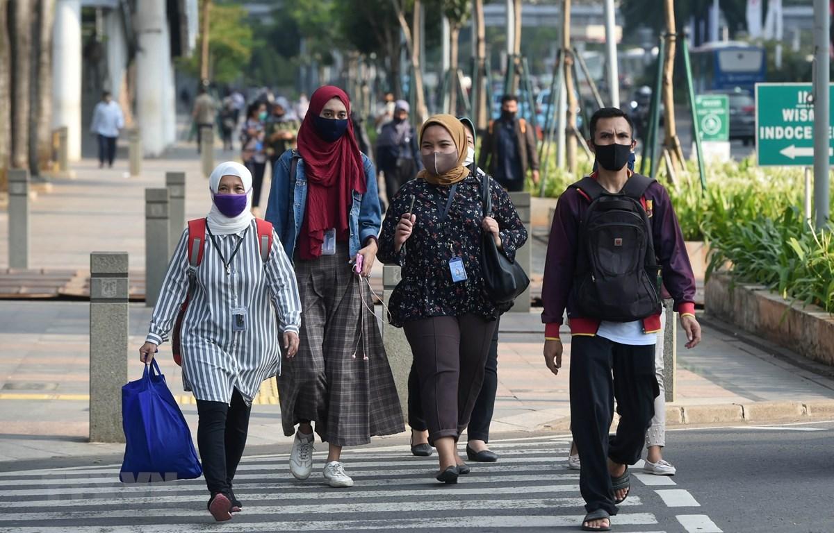 Người dân đeo khẩu trang phòng lây nhiễm COVID-19 tại Jakarta, Indonesia, ngày 19/8/2020. (Ảnh: THX/TTXVN)