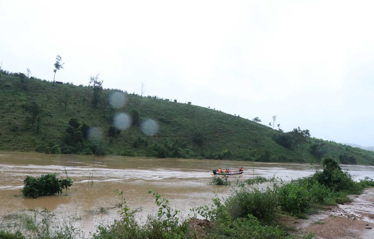 Lực lượng chức năng sử dụng canô tiếp tế lương thực, di dời các hộ dân vùng trũng thấp ở Cư San, huyện M' Đrắk, lên nơi an toàn. (Ảnh: Anh Dũng/TTXVN)