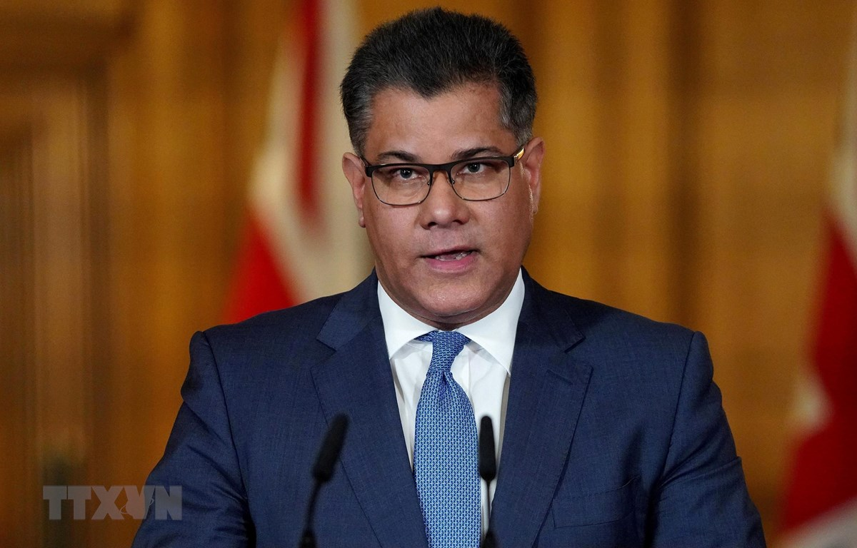 Bộ trưởng Kinh doanh Anh Alok Sharma phát biểu tại cuộc họp báo ở London ngày 1/4/2020. (Ảnh: AFP/TTXVN)