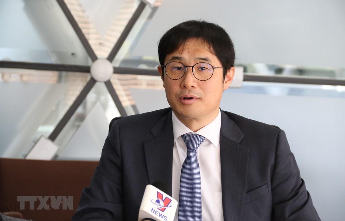 Tiến sỹ Lee Jaehyon, Giám đốc Trung tâm ASEAN và châu Đại dương, Viện Nghiên cứu chính sách Asan trả lời phòng vấn. (Ảnh: Hữu Tuyên/TTXVN)