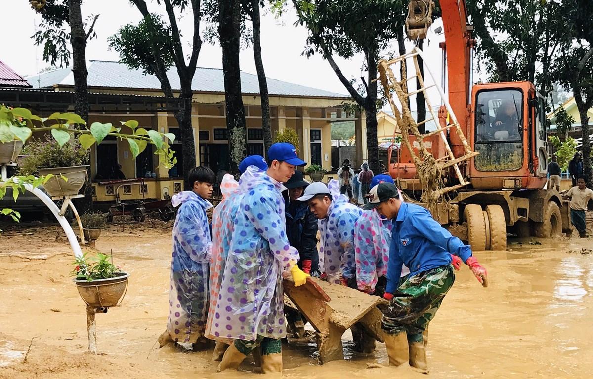Lực lượng đoàn viên thanh niên giúp các trường học ở xã Hướng Việt khắc phục hậu quả lũ lụt. (Ảnh: Hồ Cầu/TXVN)