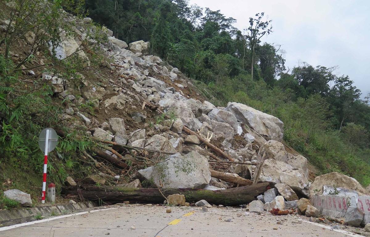 Một vị trí sạt lở với hàng ngàn tấn đất đá đổ từ trên cao xuống. Hiện các tuyến đường bị sạt lở trên địa bàn Kon Tum đã được thông tuyến. (Ảnh: Dư Toán/TTXVN)