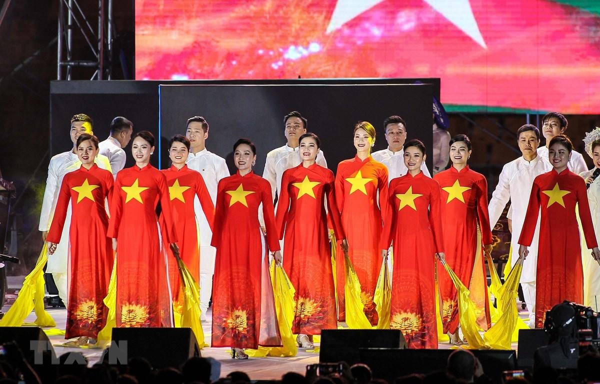 Nghệ sỹ Việt Nam biểu diễn trong lễ bế mạc SEA Games 30. (Ảnh: Hoàng Linh/TTXVN)