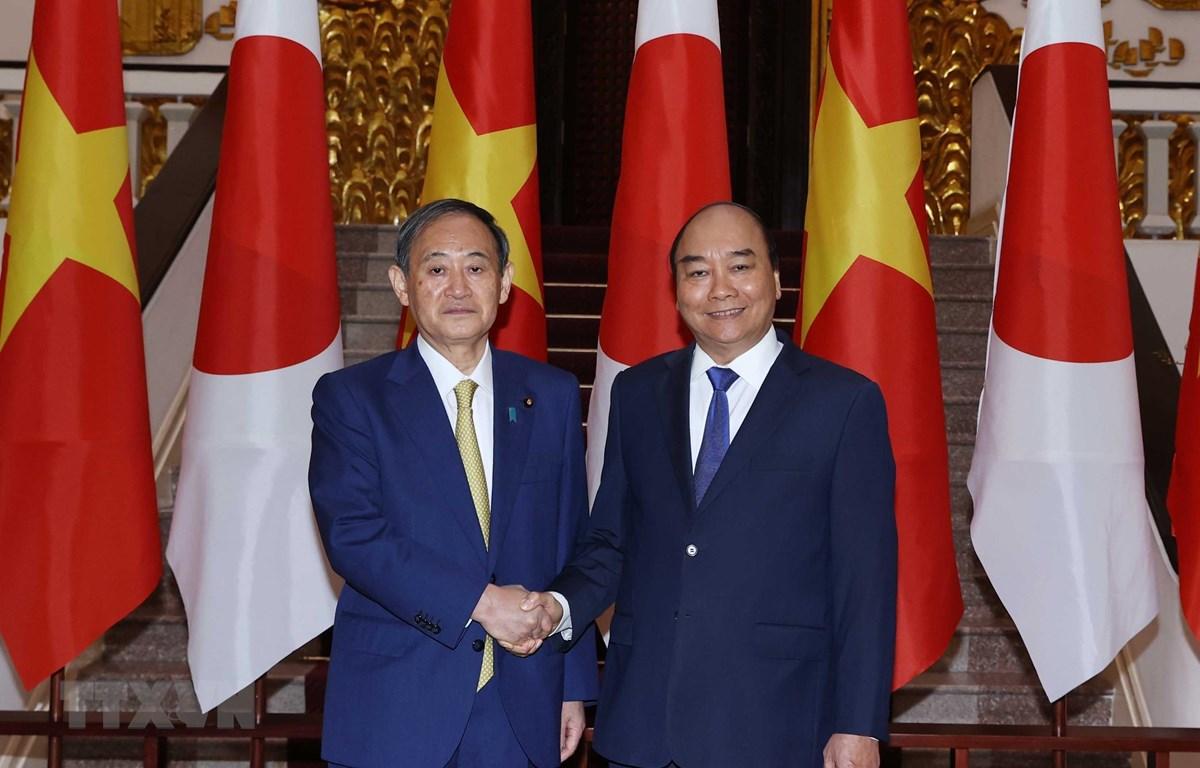 Thủ tướng Nguyễn Xuân Phúc chụp ảnh chung với Thủ tướng Nhật Bản Suga Yoshihide tại trụ sở Chính phủ ngày 19/10/2020. Ảnh: Thống Nhất/TTXVN)
