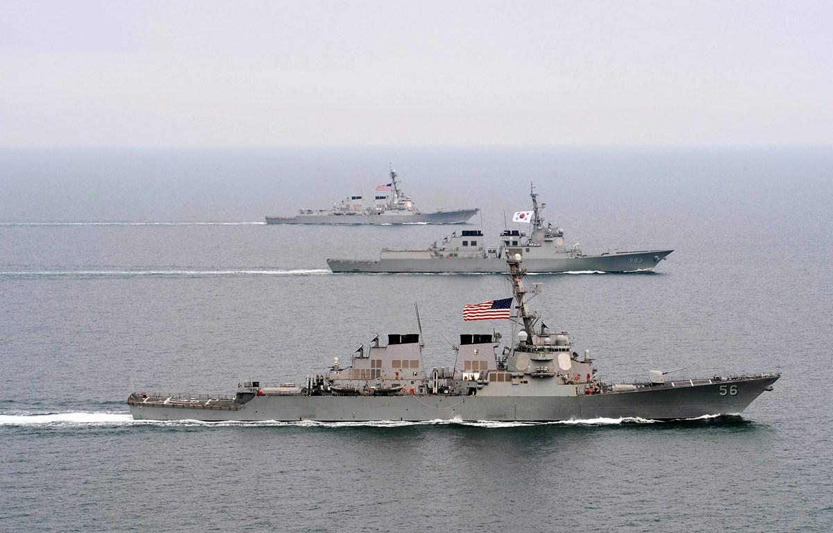 """Tàu khu trục ROKS Seoae-Yu-Seong-Ryong (DDG 993) (giữa) của Hàn Quốc và các tàu khu trục được trang bị tên lửa dẫn đường của Mỹ tham gia cuộc tập trận chung """"Đại bàng non"""" tại bán đảo Triều Tiên. (Ảnh: AFP/TTXVN)"""