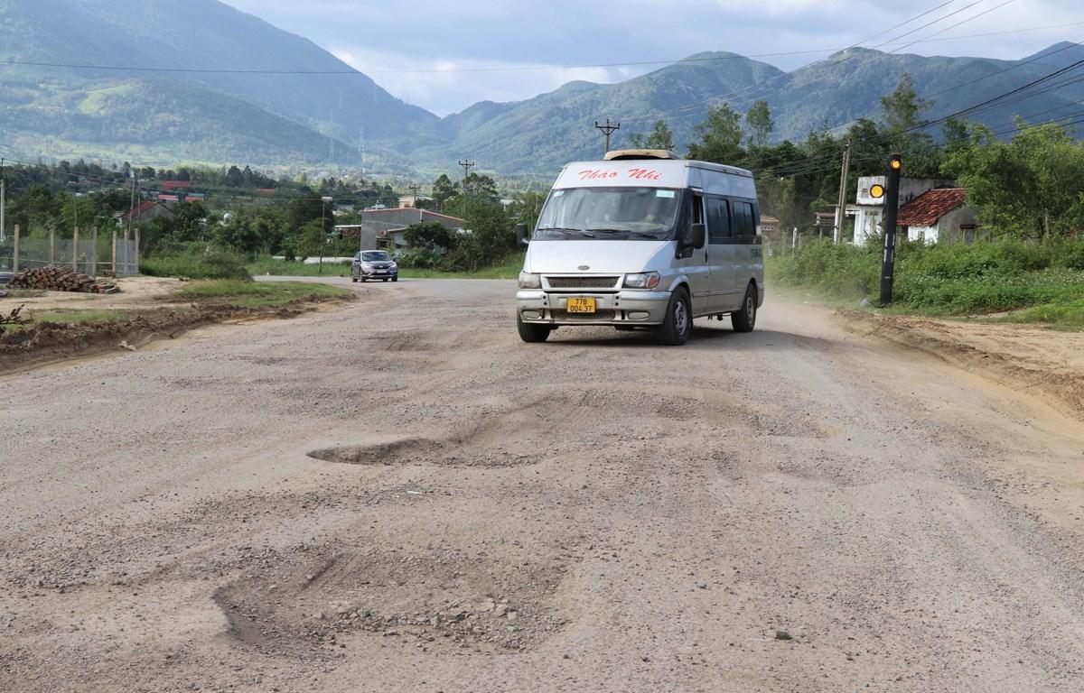 Để tránh ổ gà, các phương tiện phải đi sai làn đường. (Ảnh: Hồng Điệp/TTXVN)