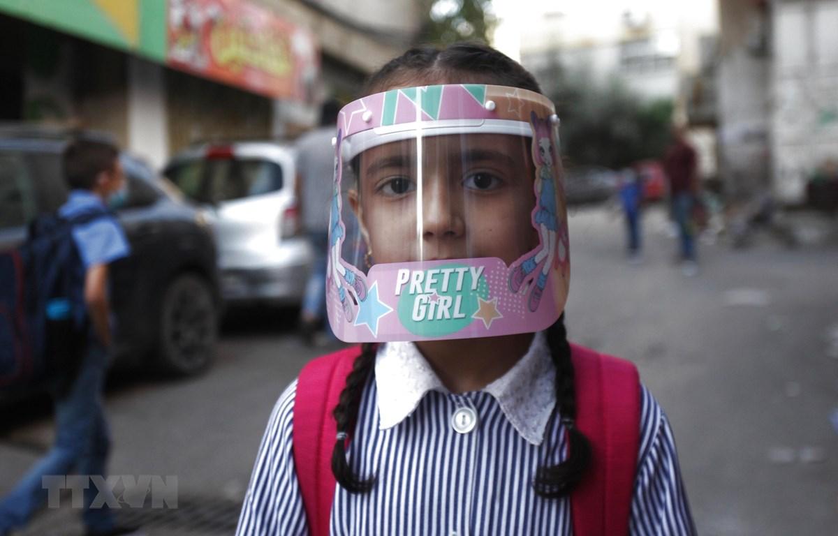 Trẻ em đeo mặt nạ bảo hộ phòng lây nhiễm COVID-19 tại trại tị nạn Al-Amari ở thành phố Ramallah, Bờ Tây, ngày 6/9/2020. (Ảnh: THX/TTXVN)